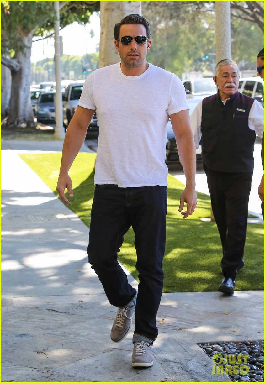 ben affleck helps boost sales for detroit t shirts 053184907