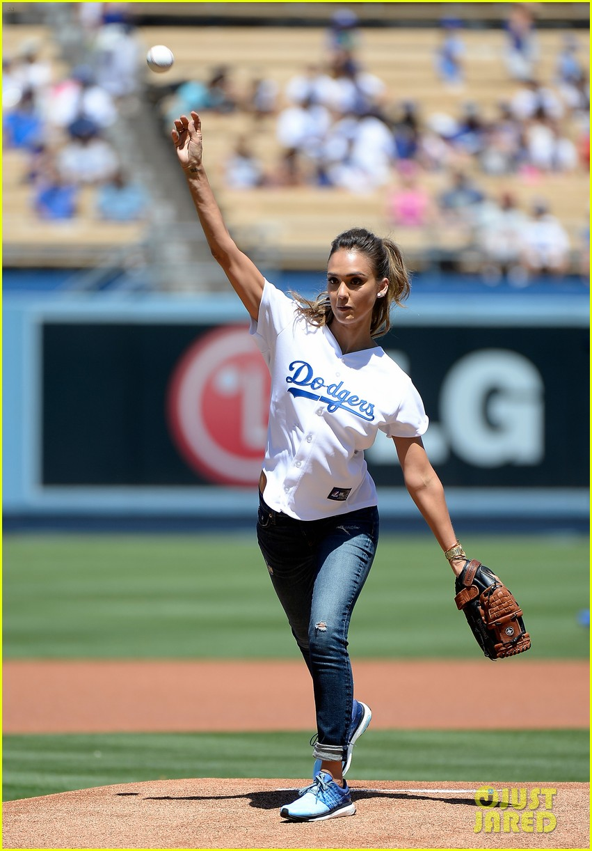 jessica alba throws first pitch at dodgers game 023178318