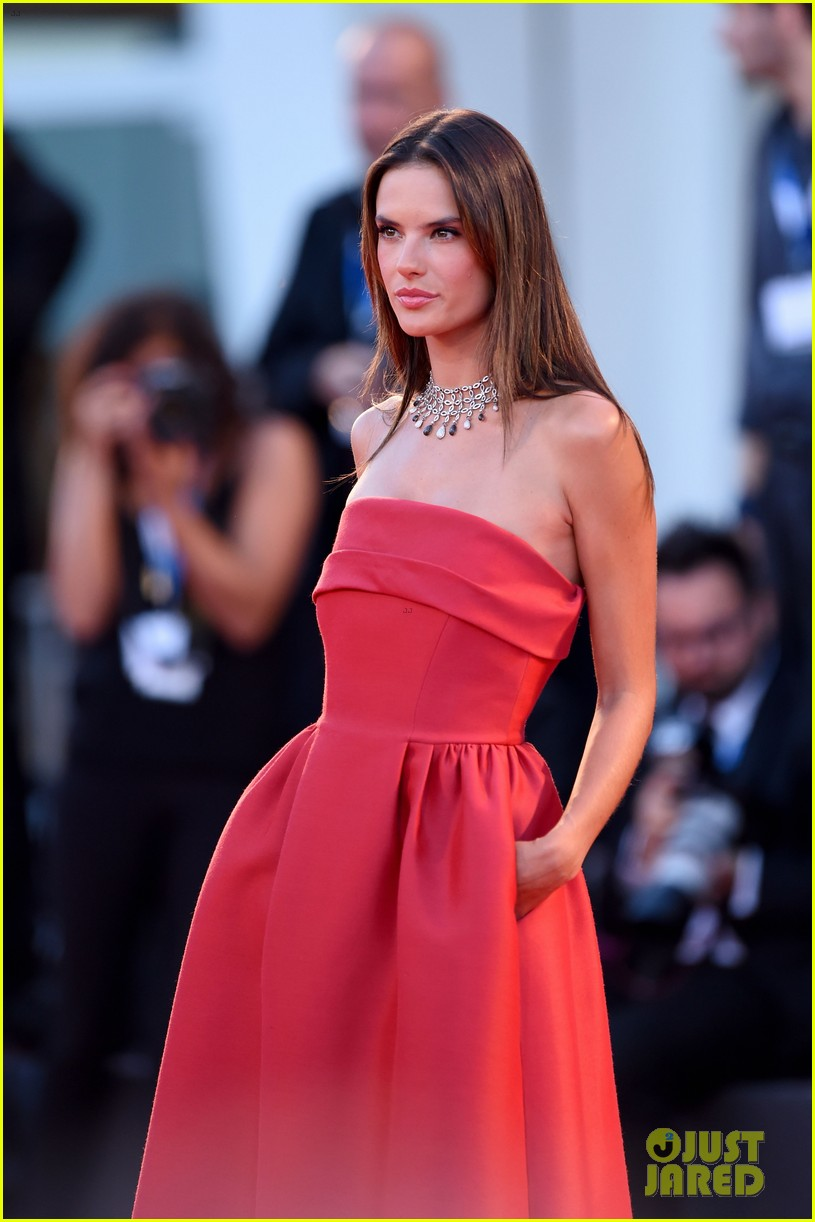 alessandra ambrosio stuns in red at la rancon de la gloire 023185942