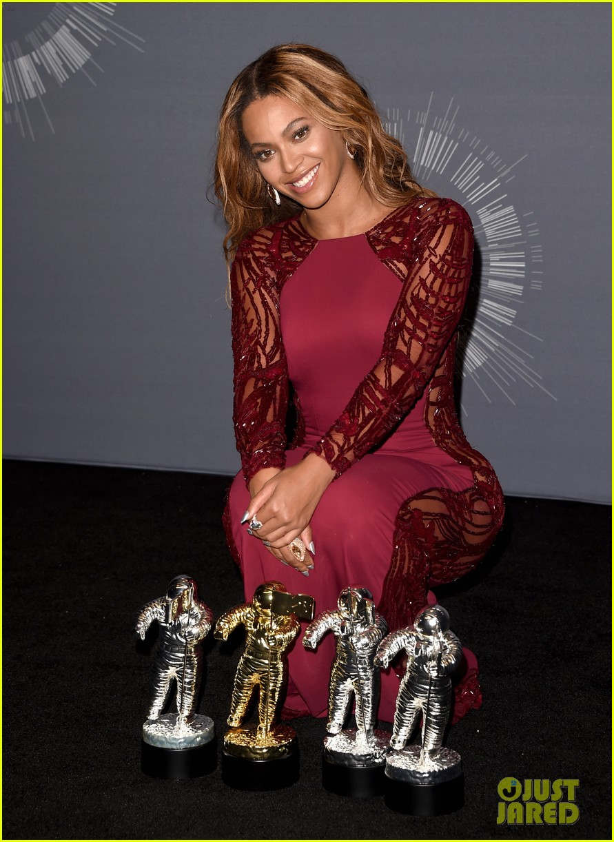 beyonce shows off four moonmen in vmas press room 033182657
