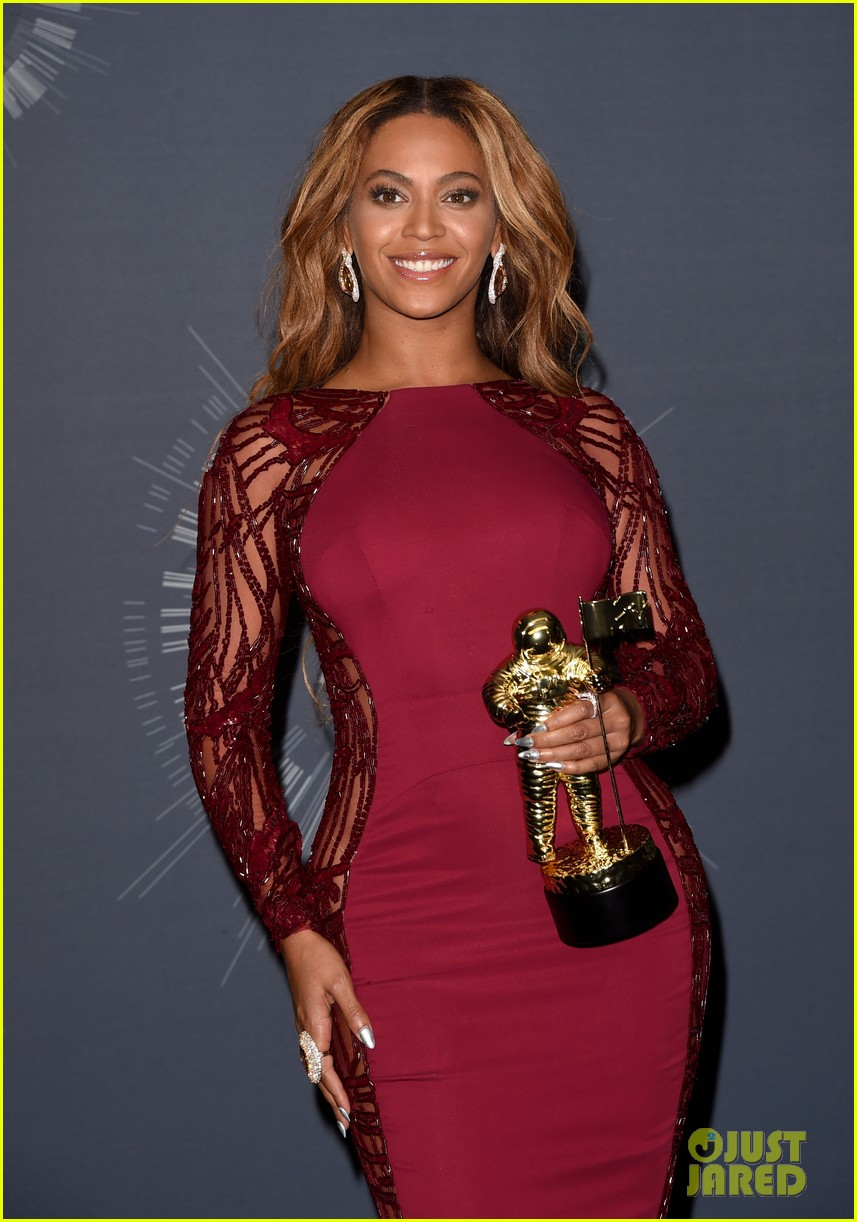 beyonce shows off four moonmen in vmas press room 043182658