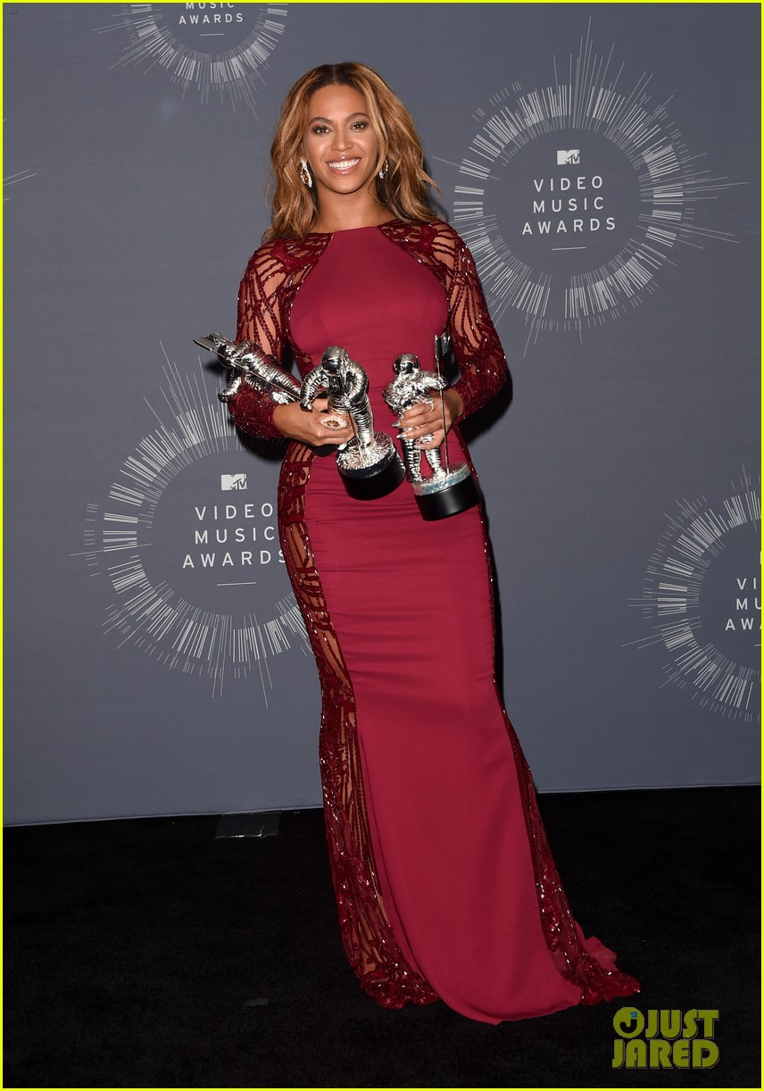 beyonce shows off four moonmen in vmas press room 053182659