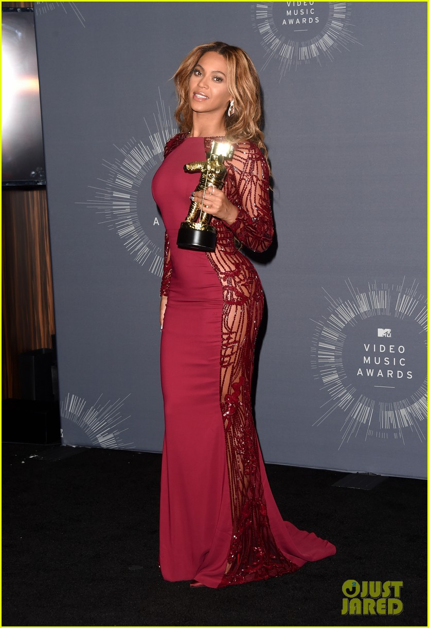 beyonce shows off four moonmen in vmas press room 06