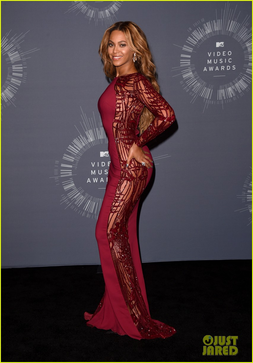 beyonce shows off four moonmen in vmas press room 08