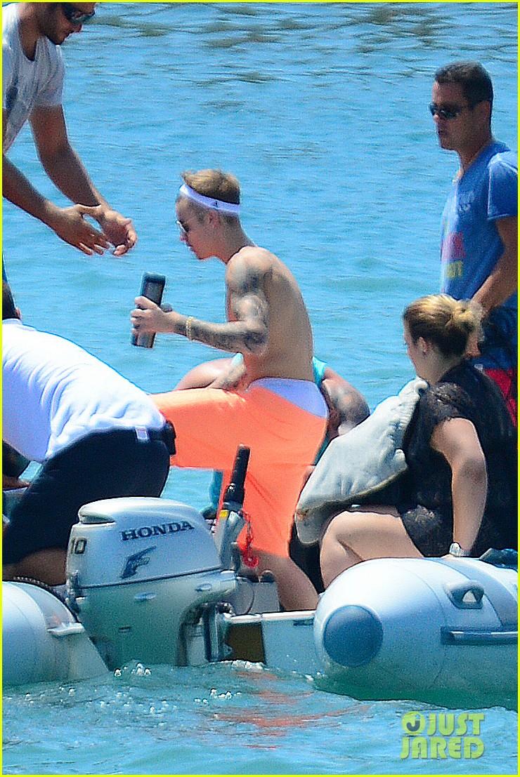6180f855e3394 Justin Bieber Almost Loses His Shorts in Ibiza!: Photo 3169803 ...