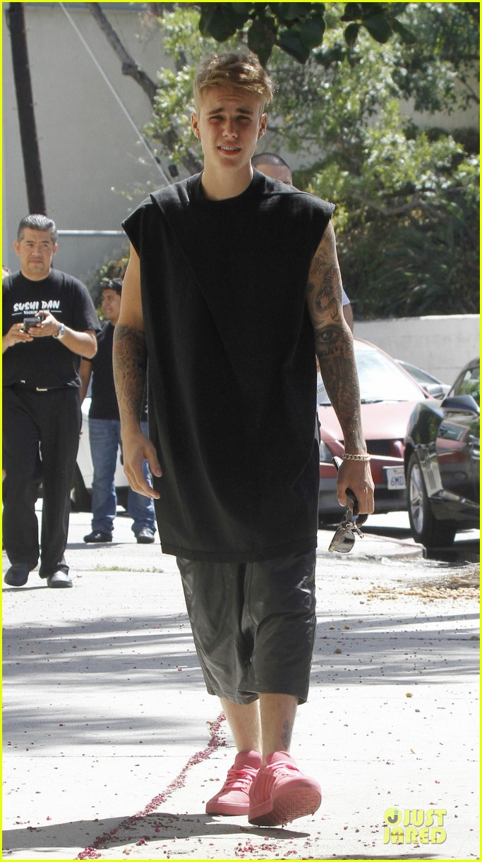 justin bieber get sued by photographer for alleged assault 093181316