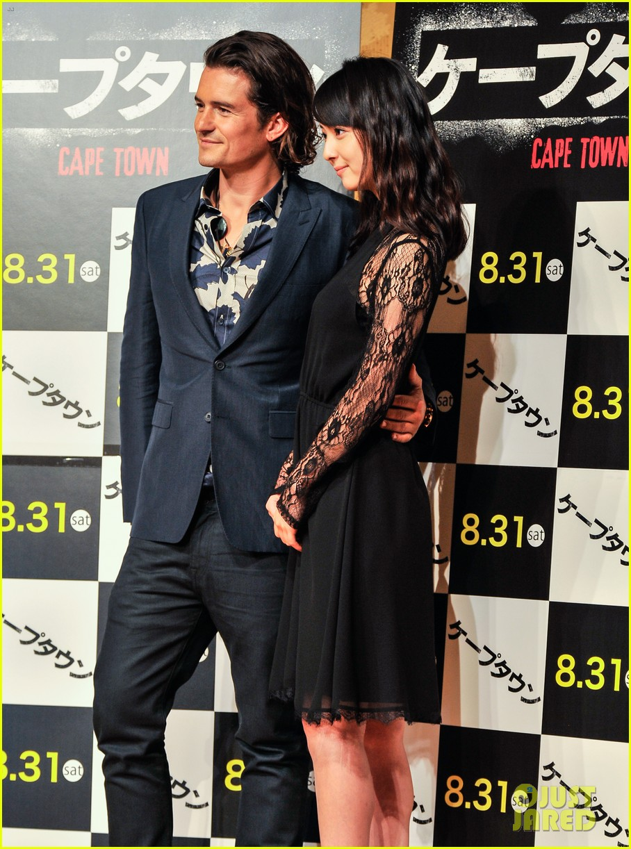 orlando bloom rocks suit at zulu japan 06