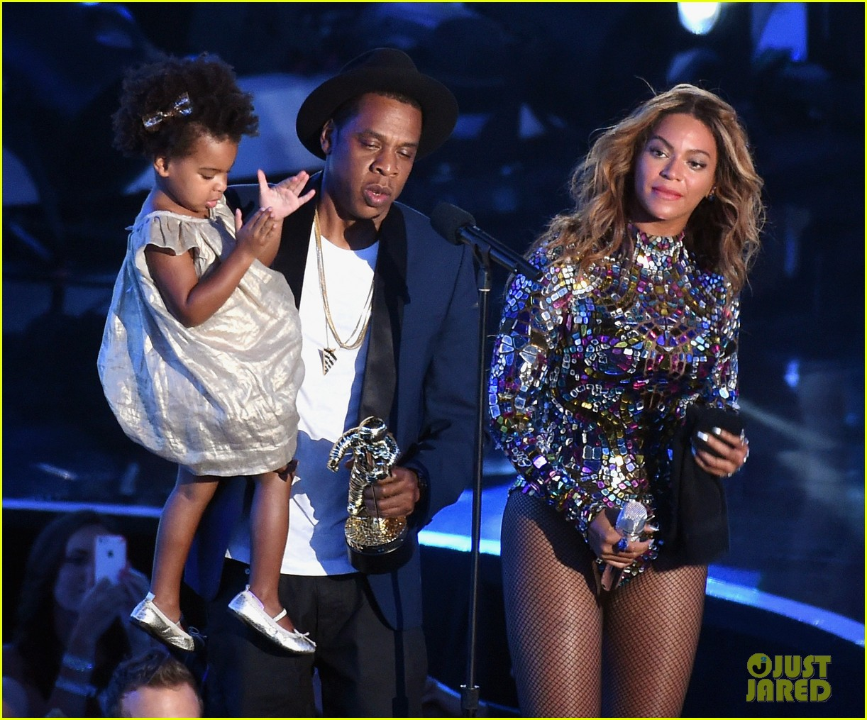 blue ivy presents mom beyonce with award at vmas 2014 143182630