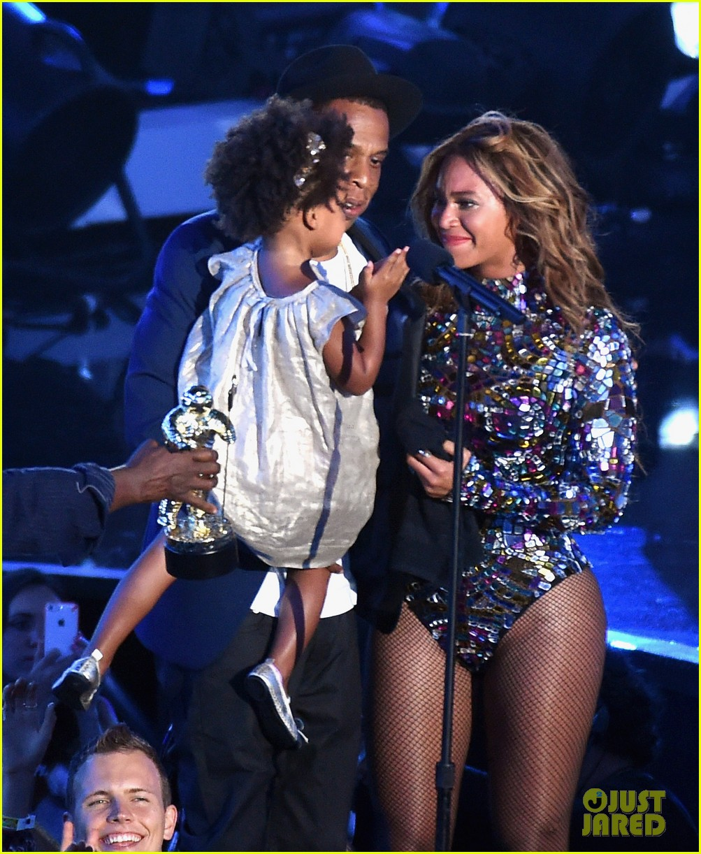 blue ivy presents mom beyonce with award at vmas 2014 153182631