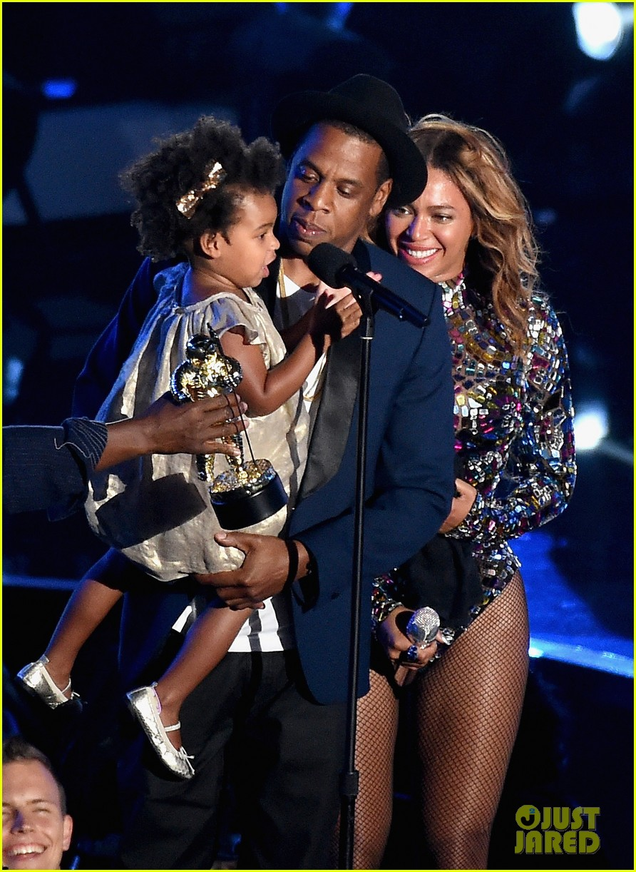 blue ivy presents mom beyonce with award at vmas 2014 163182632