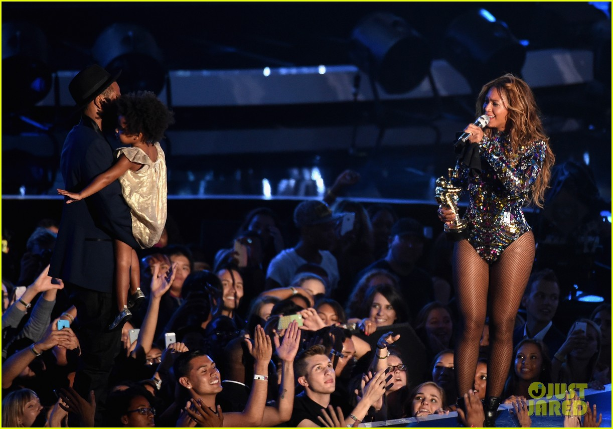 blue ivy presents mom beyonce with award at vmas 2014 193182635