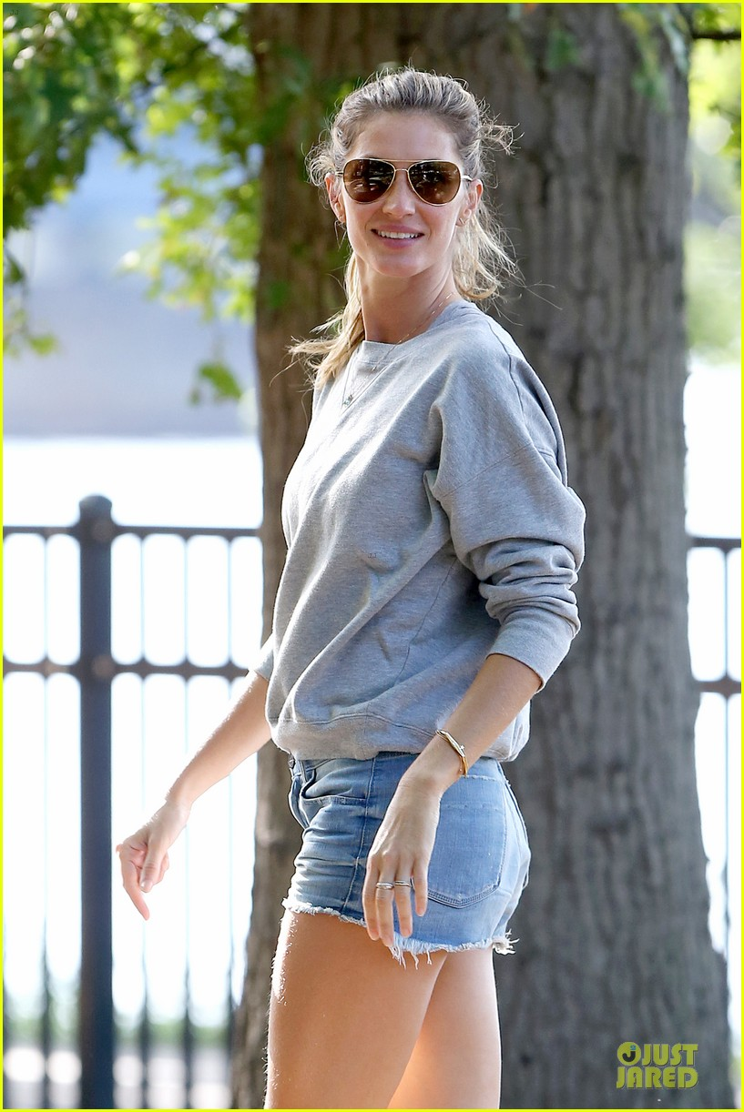 gisele bundchen tom brady play soccer at the park 023181657