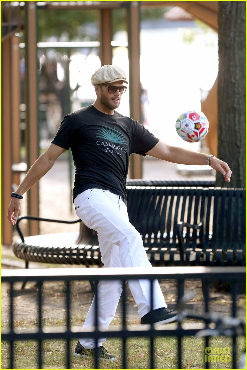 gisele bundchen tom brady play soccer at the park 033181658