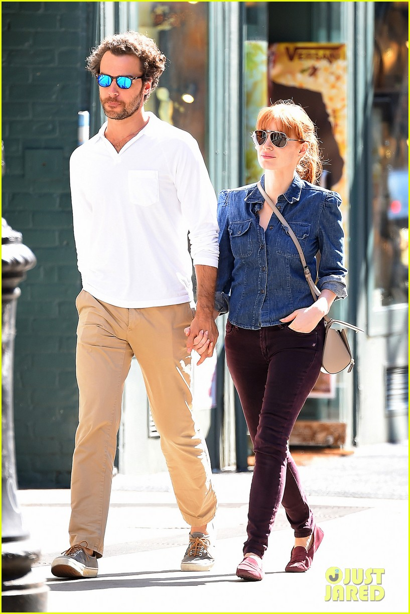 jessica chastain looks fascinated by boyfriend 013183840