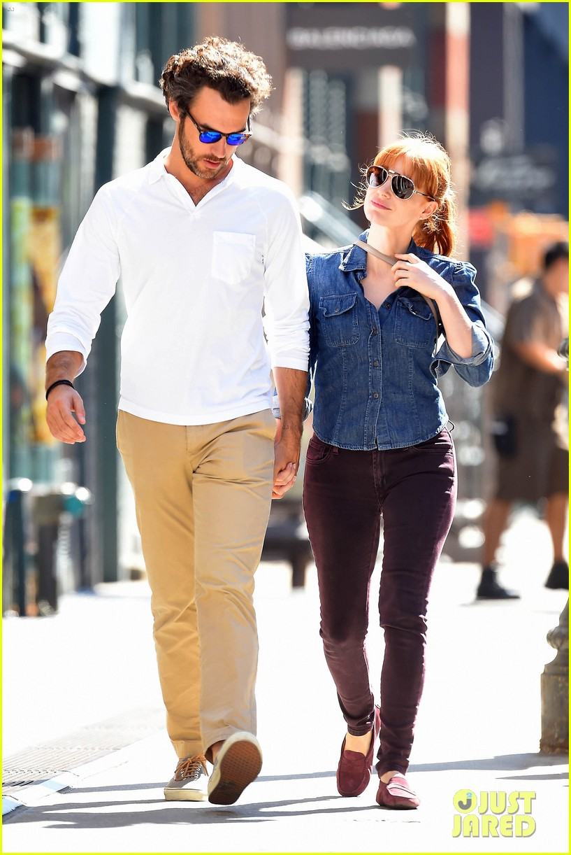 jessica chastain looks fascinated by boyfriend 05