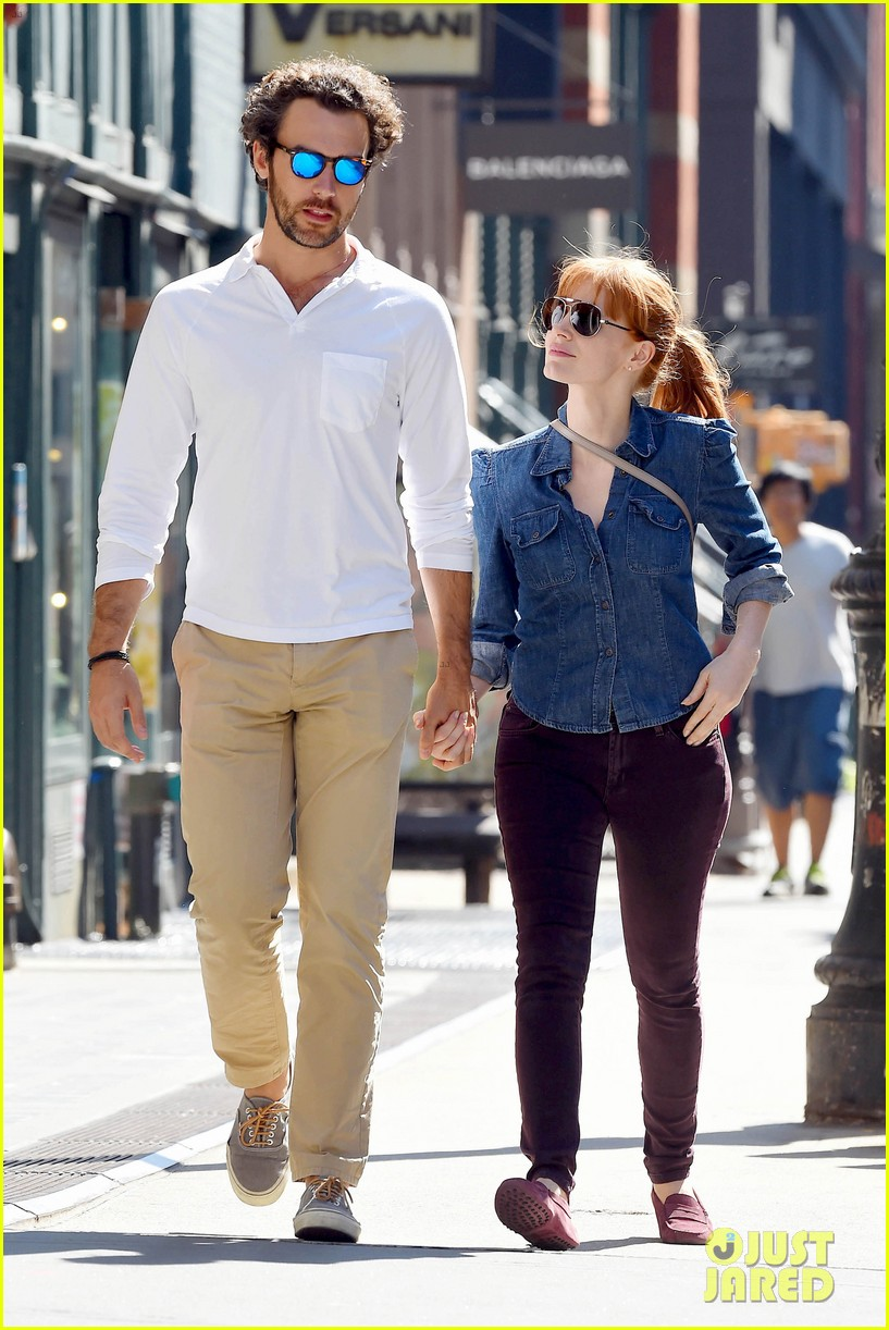 jessica chastain looks fascinated by boyfriend 08
