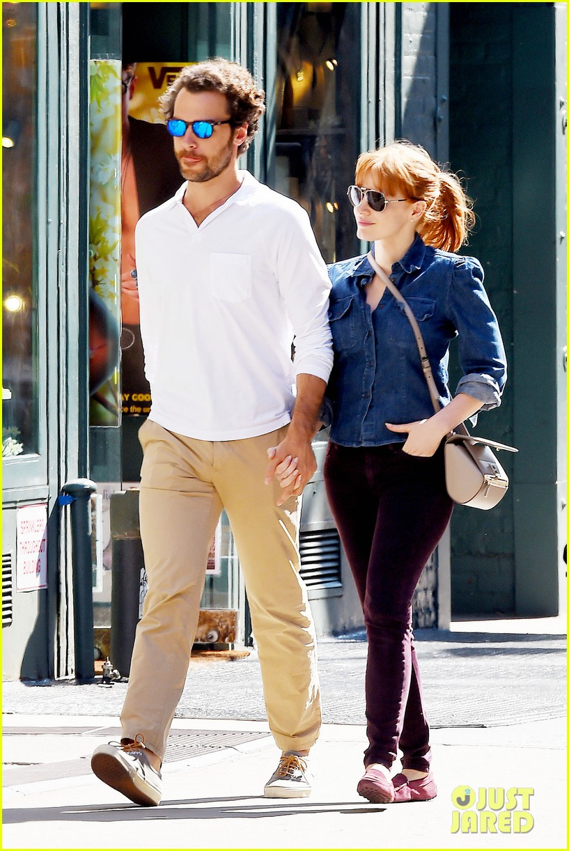 jessica chastain looks fascinated by boyfriend 093183848