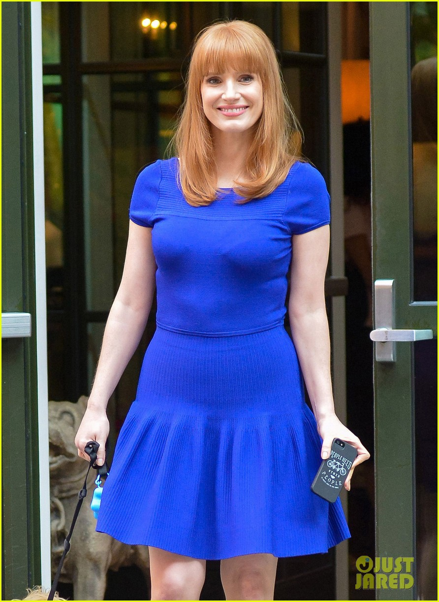 jessica chastain uses the paparazzi to spread a message 073185090