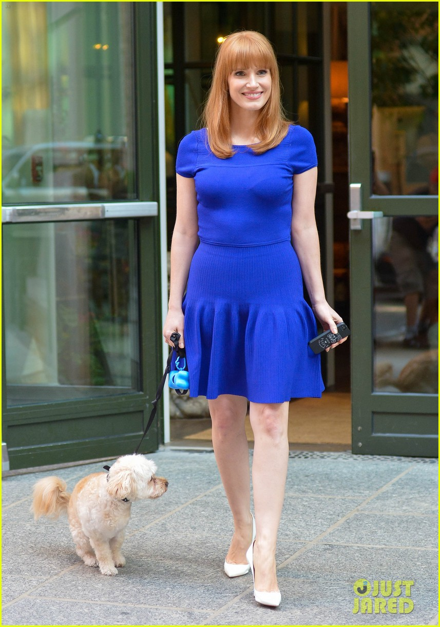 jessica chastain uses the paparazzi to spread a message 083185091