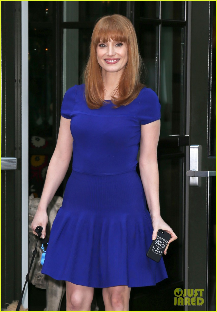 jessica chastain uses the paparazzi to spread a message 113185094