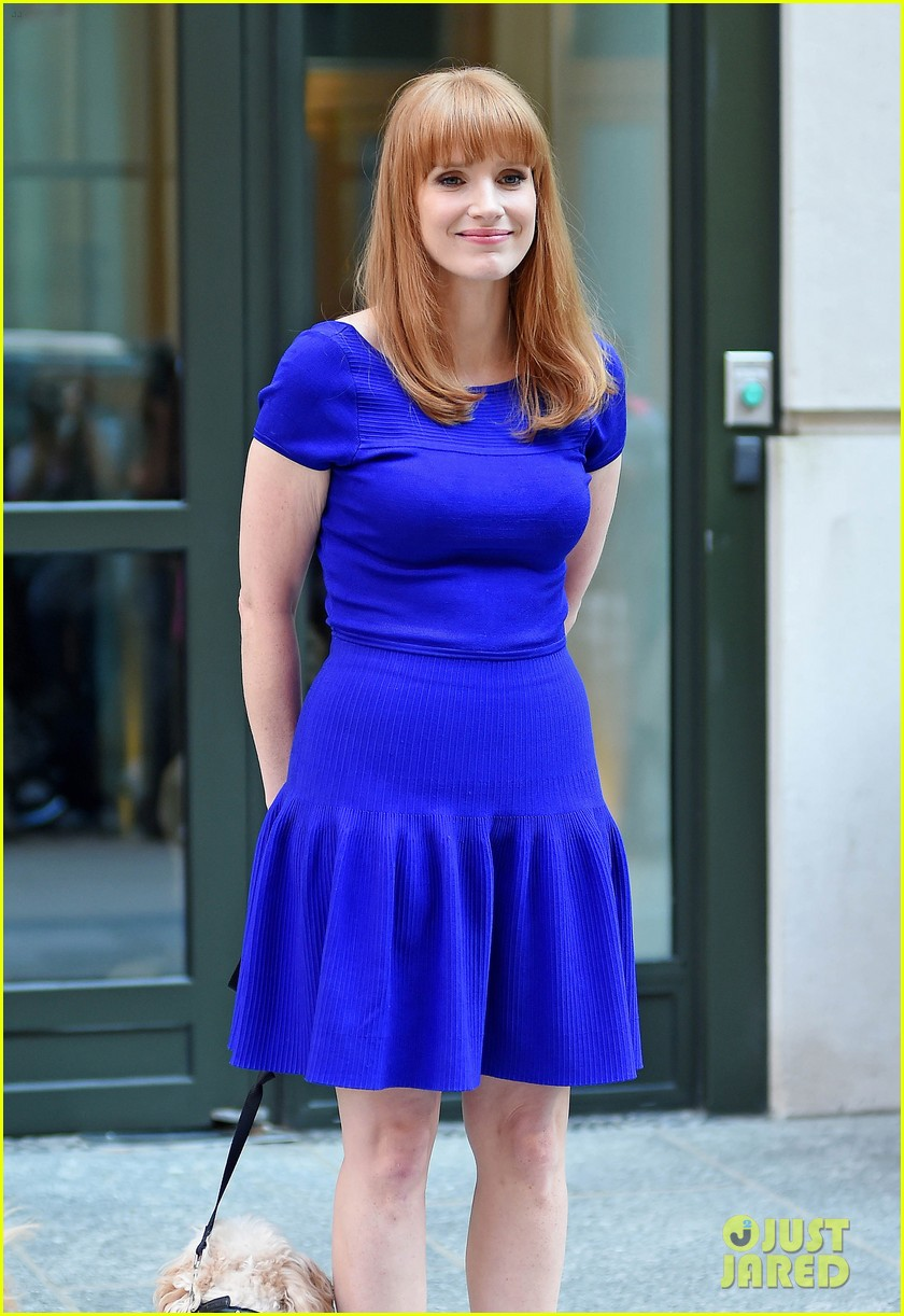 jessica chastain uses the paparazzi to spread a message 183185101