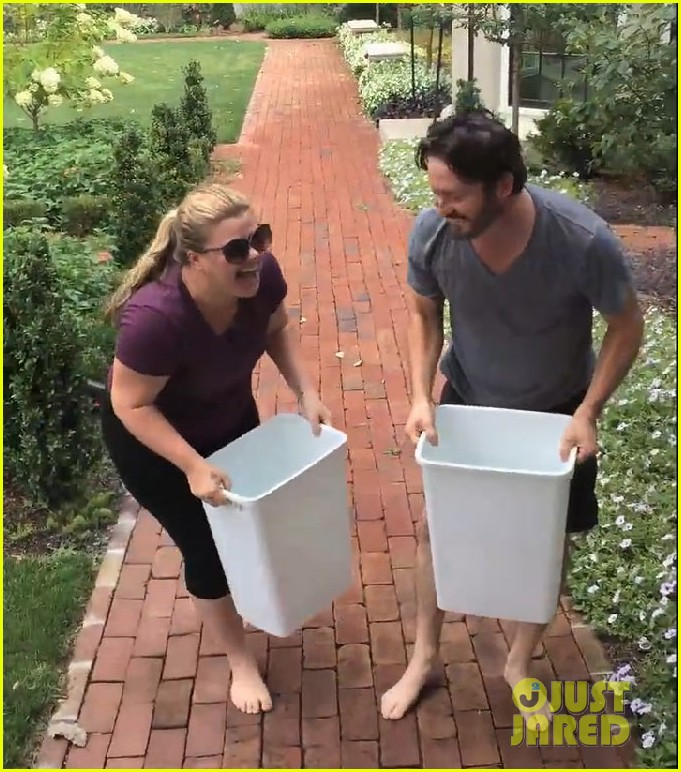 kelly clarkson ice bucket challenge 023180239
