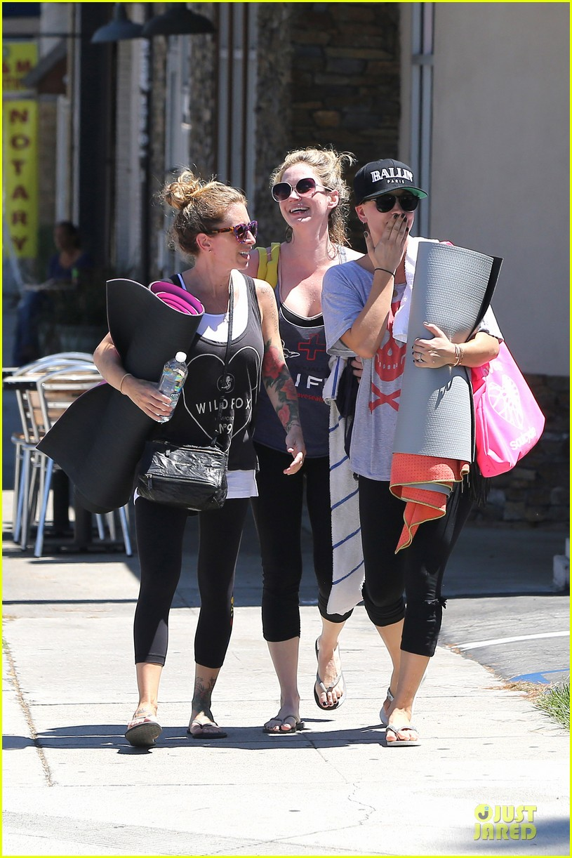 kaley cuoco ballin after getting big bang theory contract 083182775