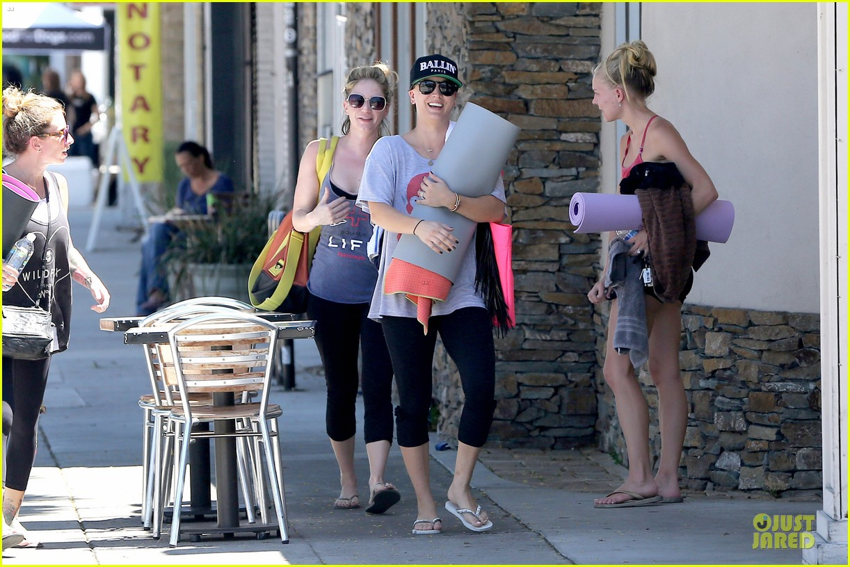 kaley cuoco ballin after getting big bang theory contract 163182783