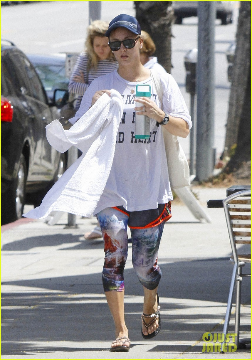 kaley cuoco runs out of yoga with a towel around her neck 013179597