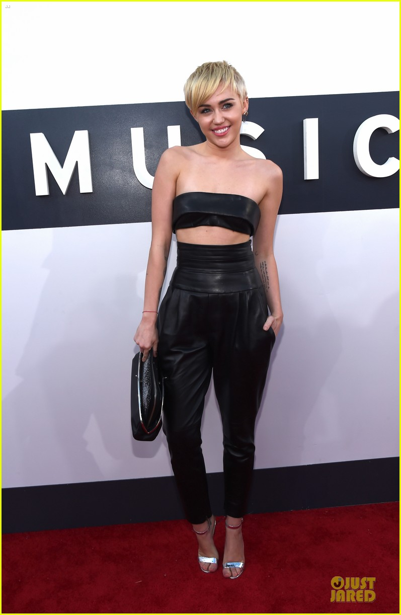 miley cyrus bares midriff at mtv vmas 2014 083182359