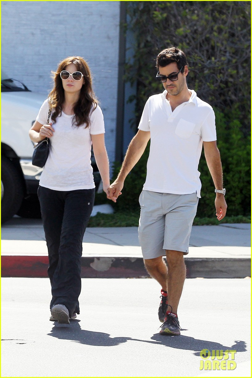 zooey deschanel packs on pda with jacob pechenik 033181889