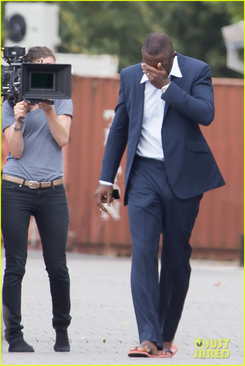 idris elba hangs his head low on hundred streets set 013171536