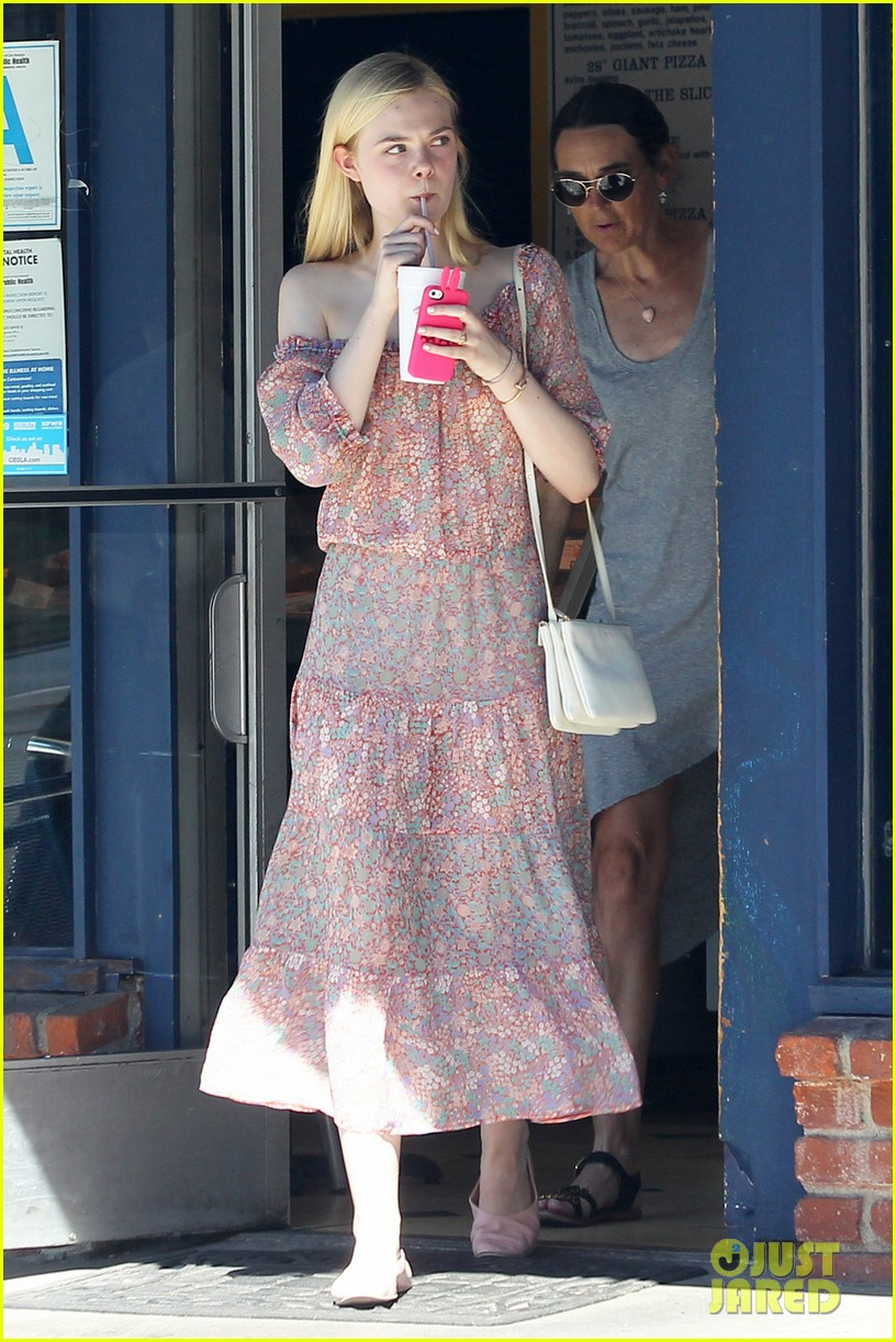 elle fanning girls day shopping mom 013185508