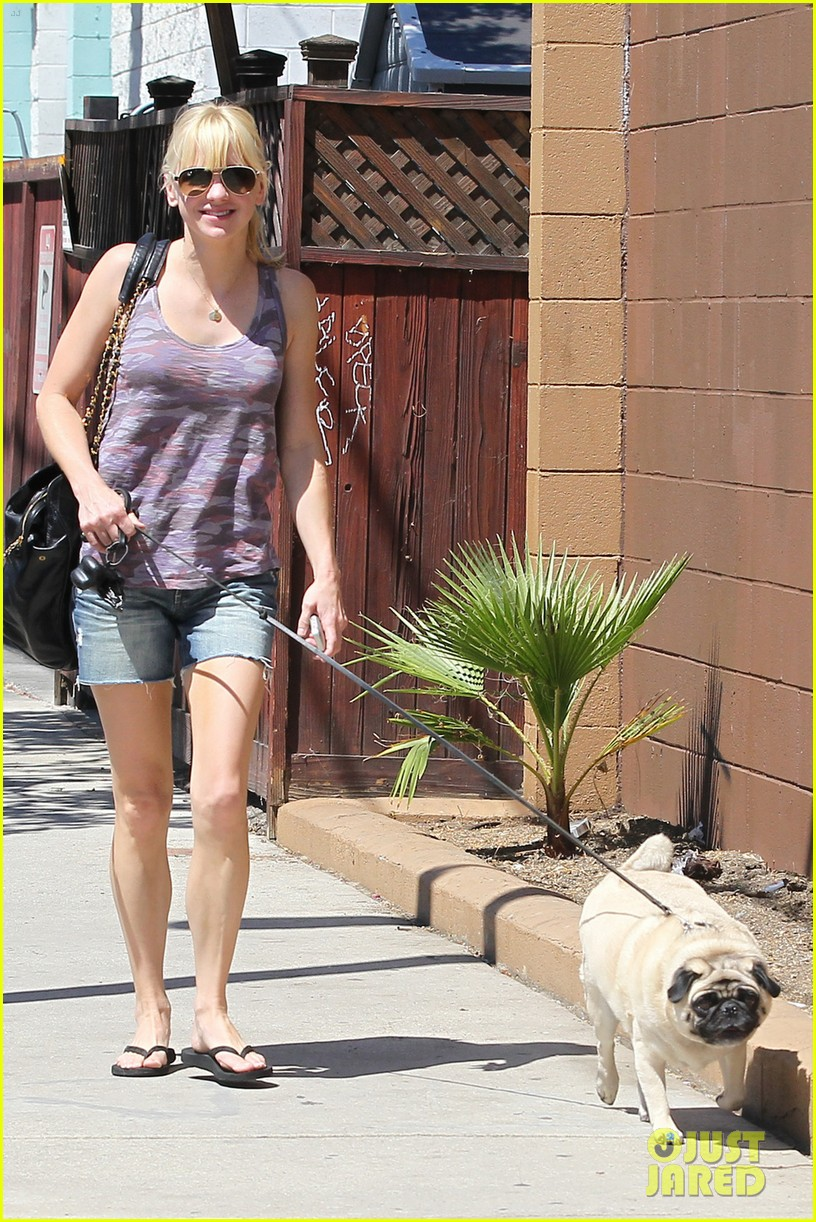 anna faris runs some errands with her super cute pug 023186009