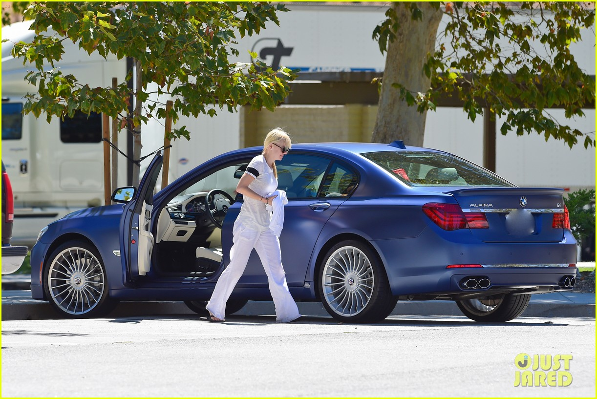 anna faris runs some errands with her super cute pug 053186012