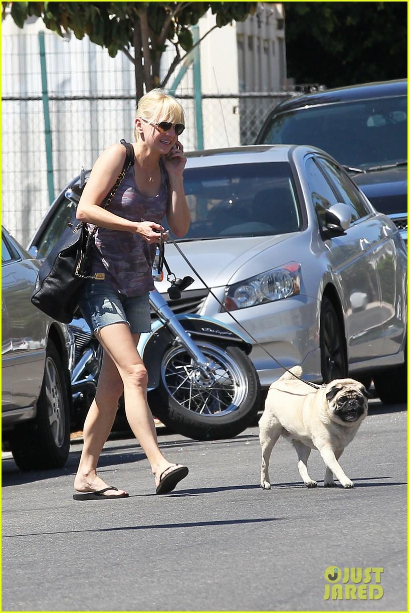 anna faris runs some errands with her super cute pug 073186014
