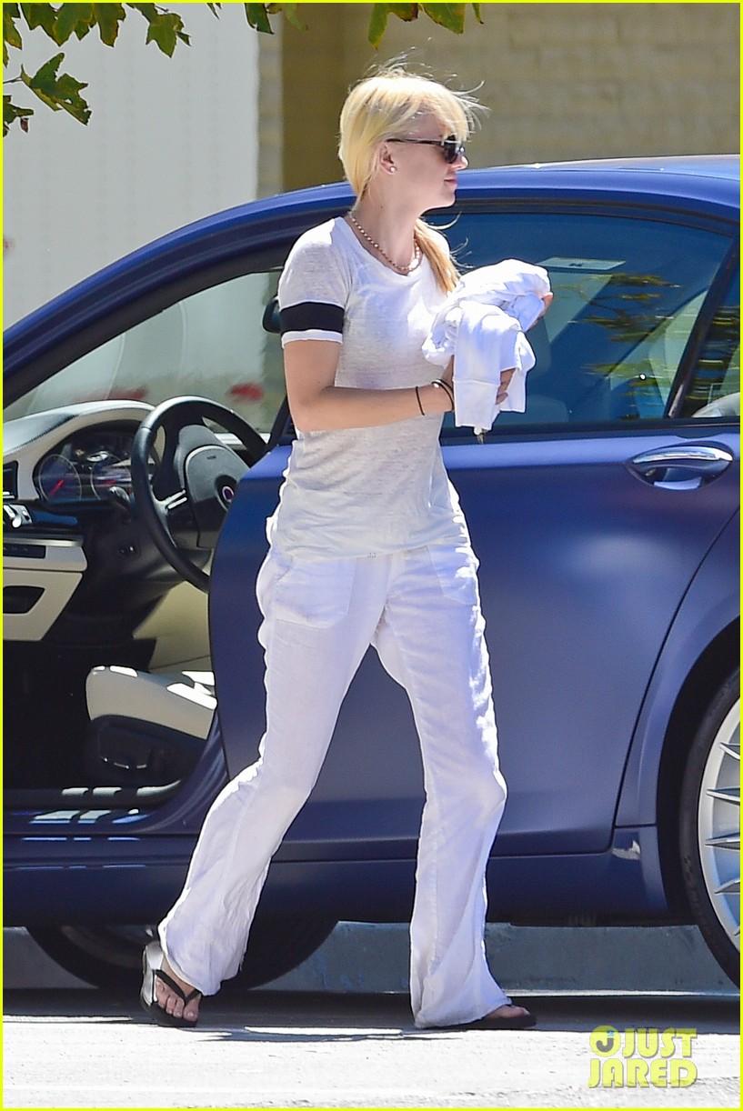 anna faris runs some errands with her super cute pug 093186016