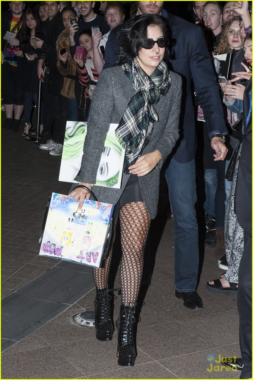 lady gaga greeted with fan art melbourne 113180325