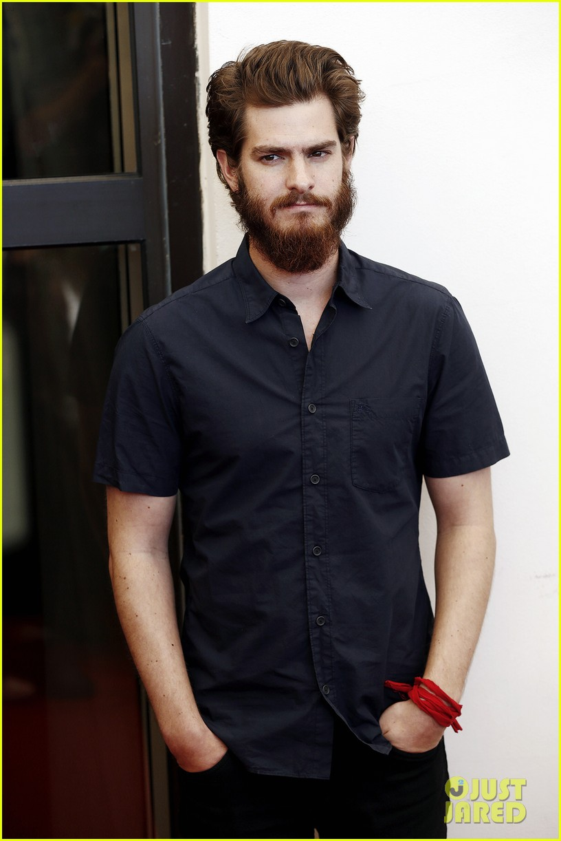 andrew garfield does press with his big bushy beard 033186055