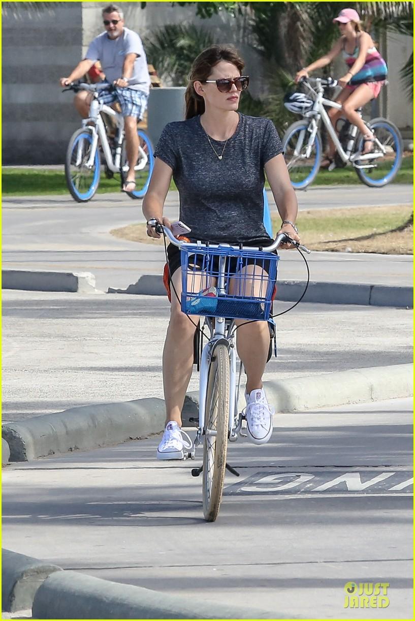 jennifer garner works legs during bike ride 013177297