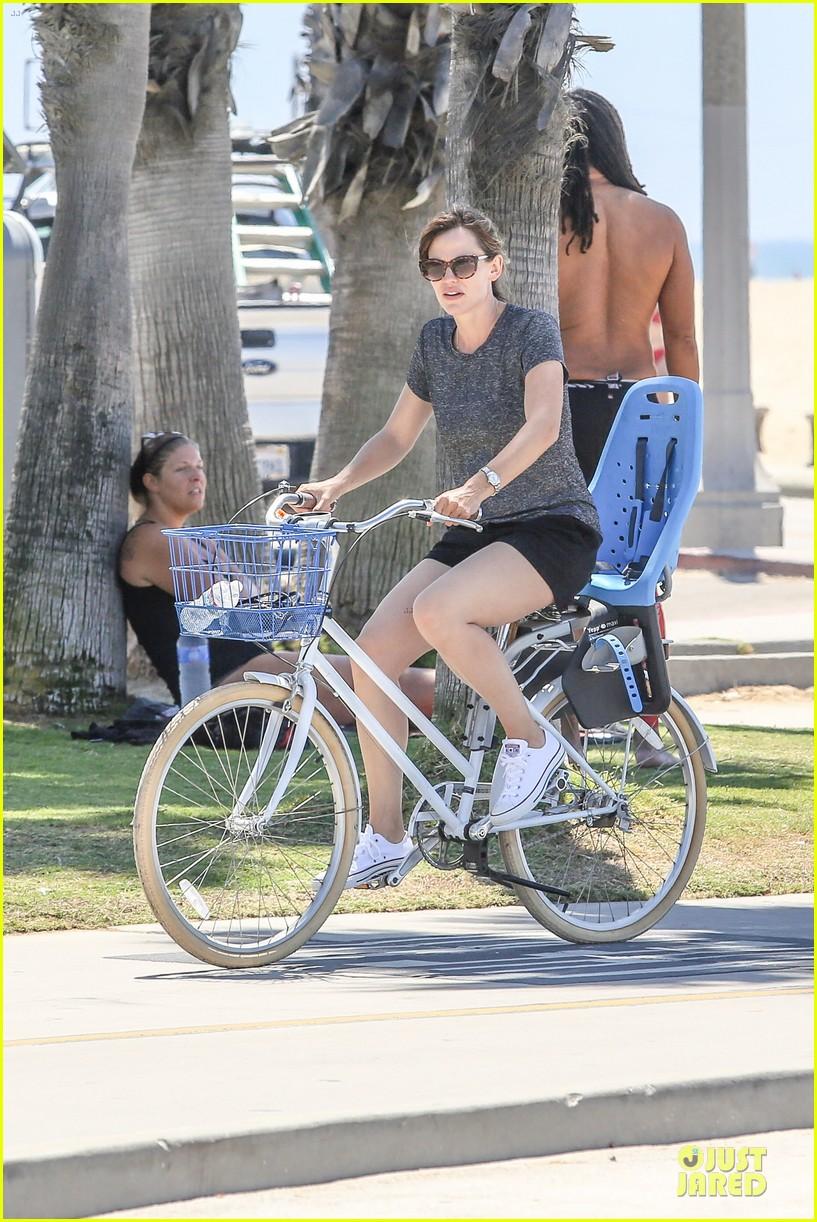 jennifer garner works legs during bike ride 023177298