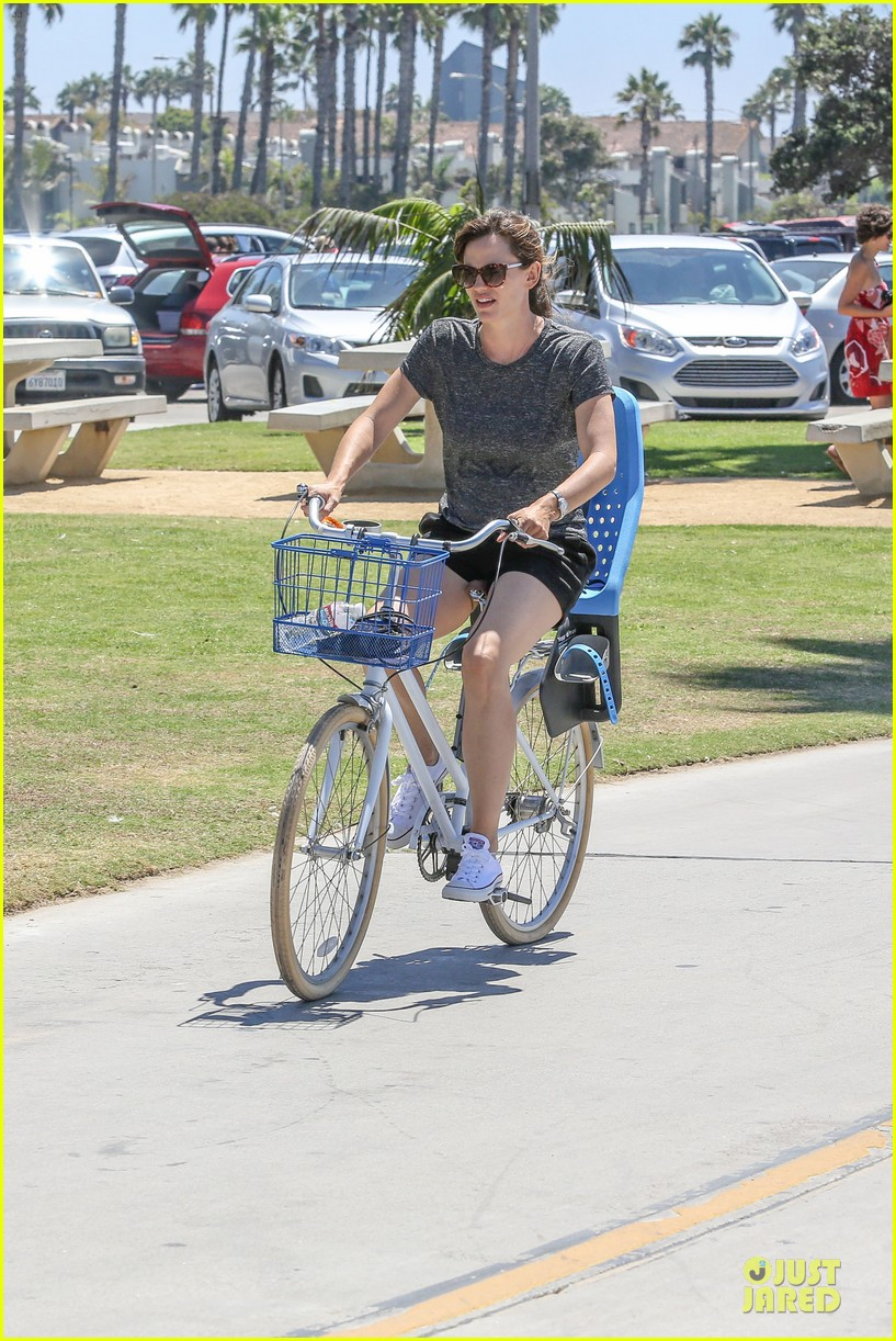 jennifer garner works legs during bike ride 043177300