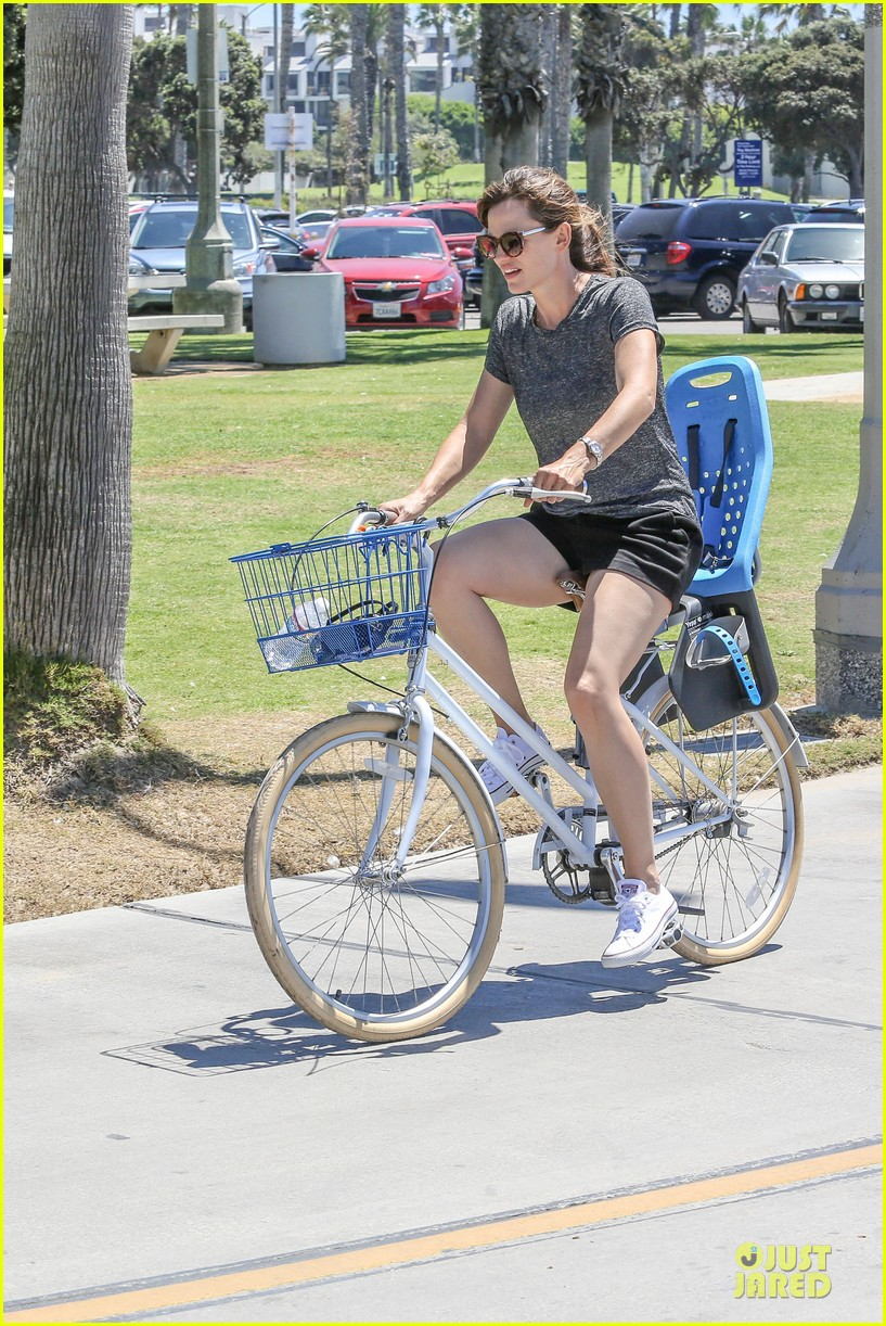 jennifer garner works legs during bike ride 053177301