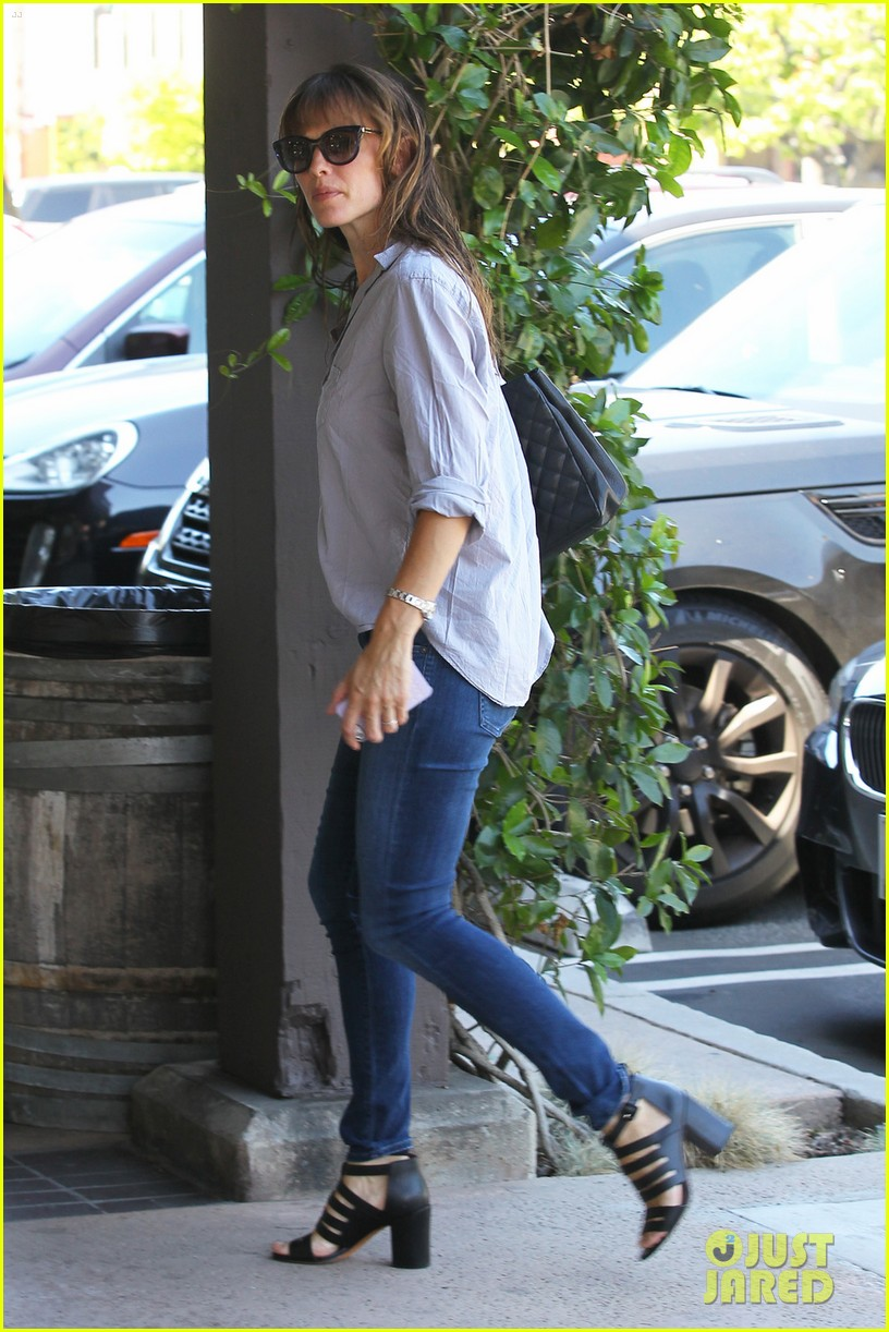 jennifer garner takes some time for sushi 013186225