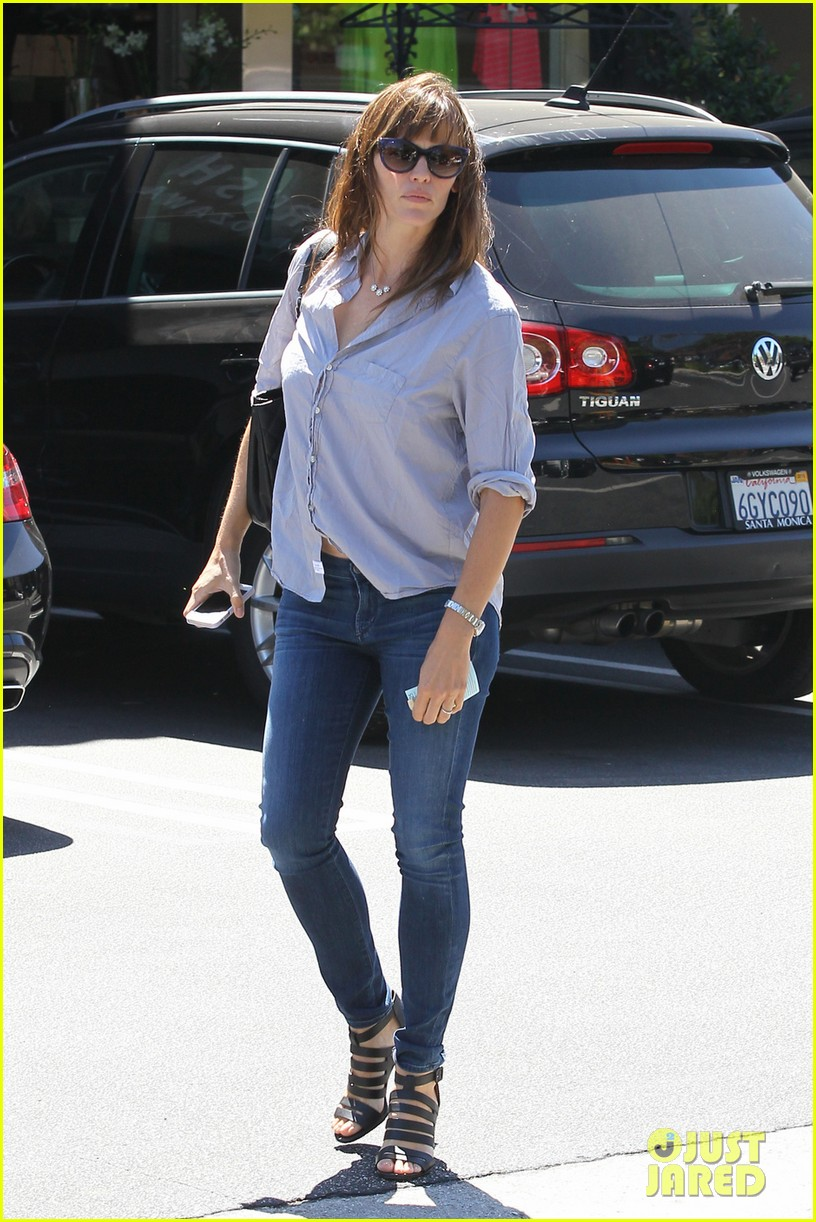 jennifer garner takes some time for sushi 04