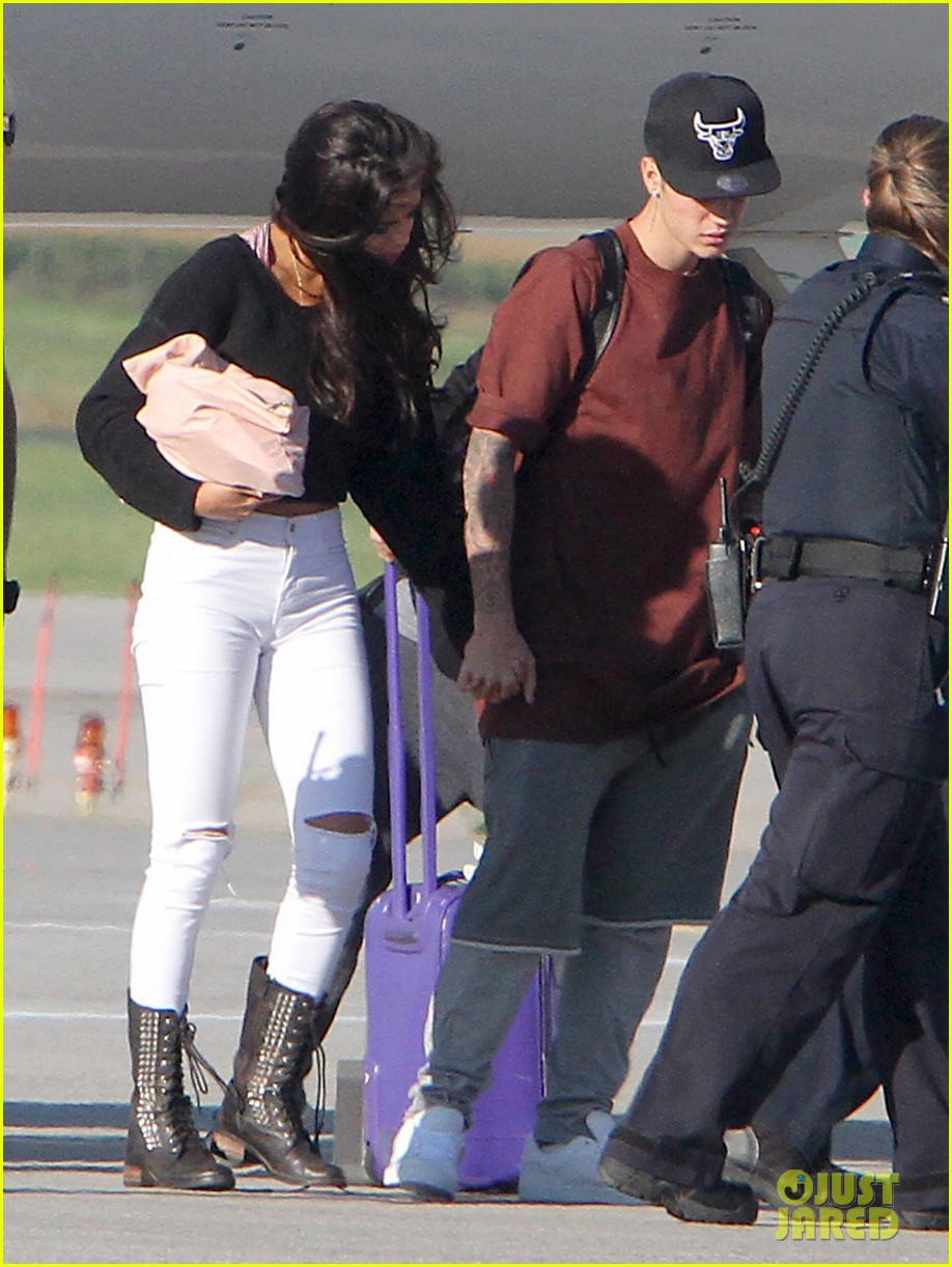 justin bieber selena gomez hold hands upon arrival in canada 013185702