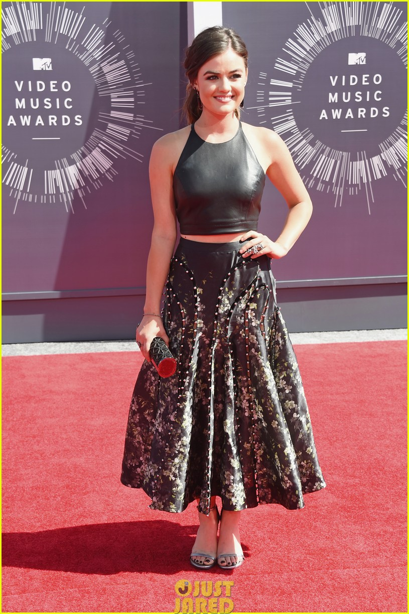 lucy hale hosting vma preshow red carpet 04
