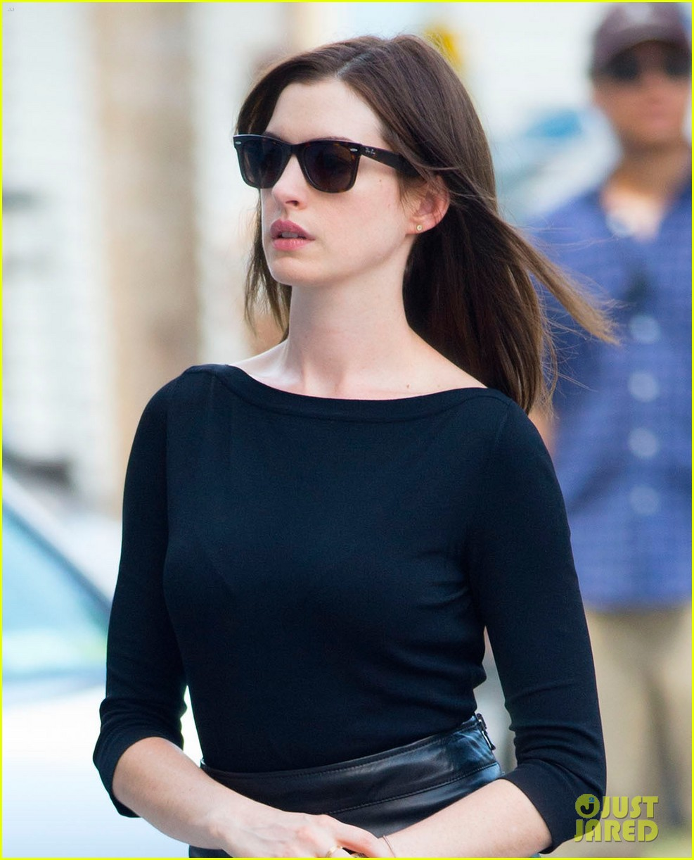 anne hathaway continues filmin the intern with robert de niro 043185223