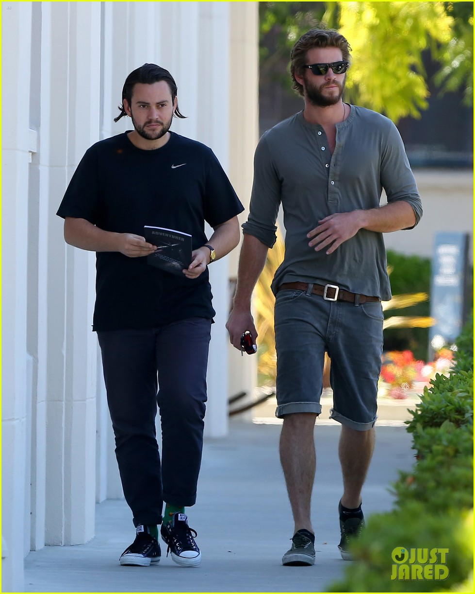 liam hemsworth furniture shopping scruffy beard 023185604