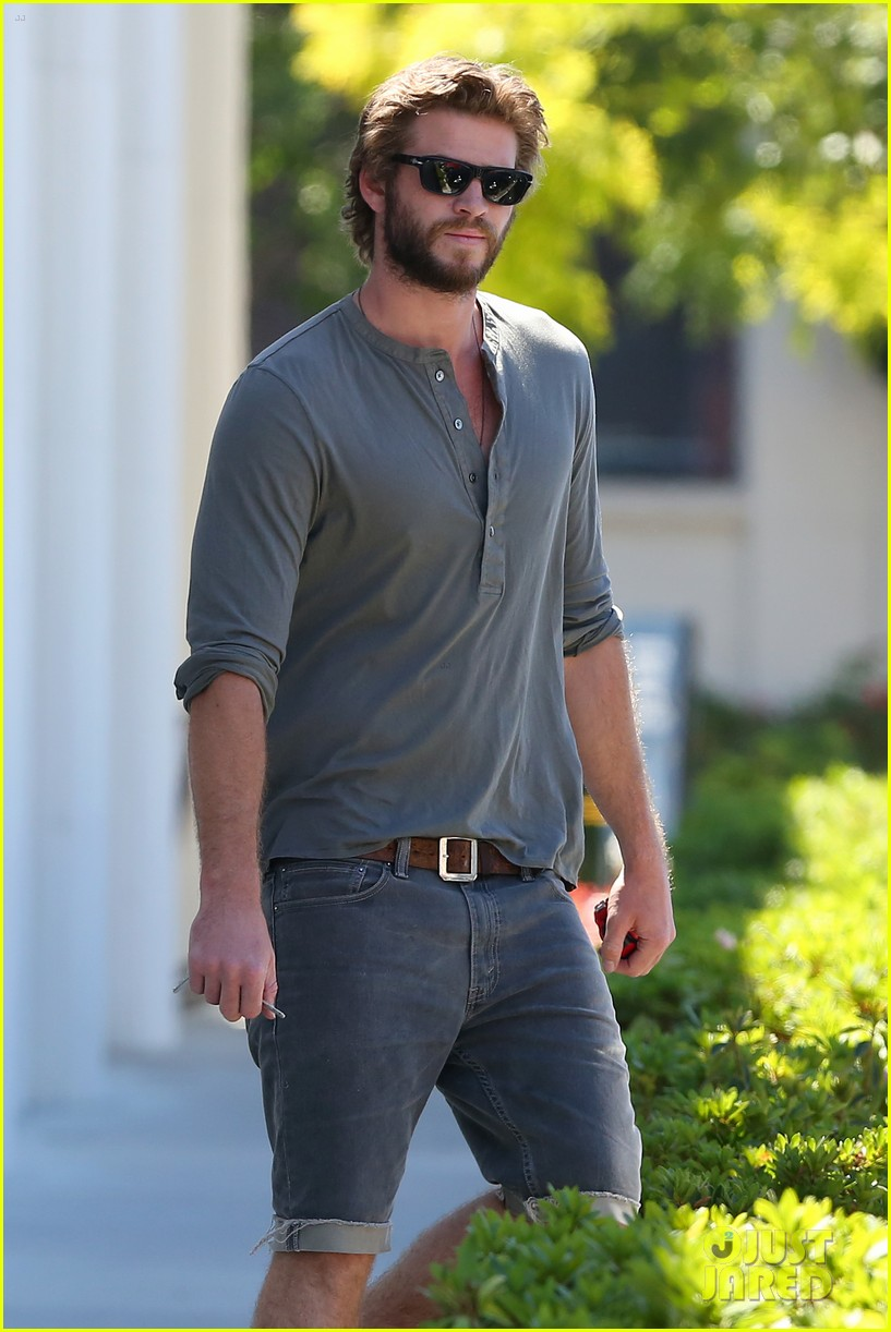 liam hemsworth furniture shopping scruffy beard 033185605